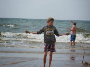 Młodzi mężczyźni wmorzu
